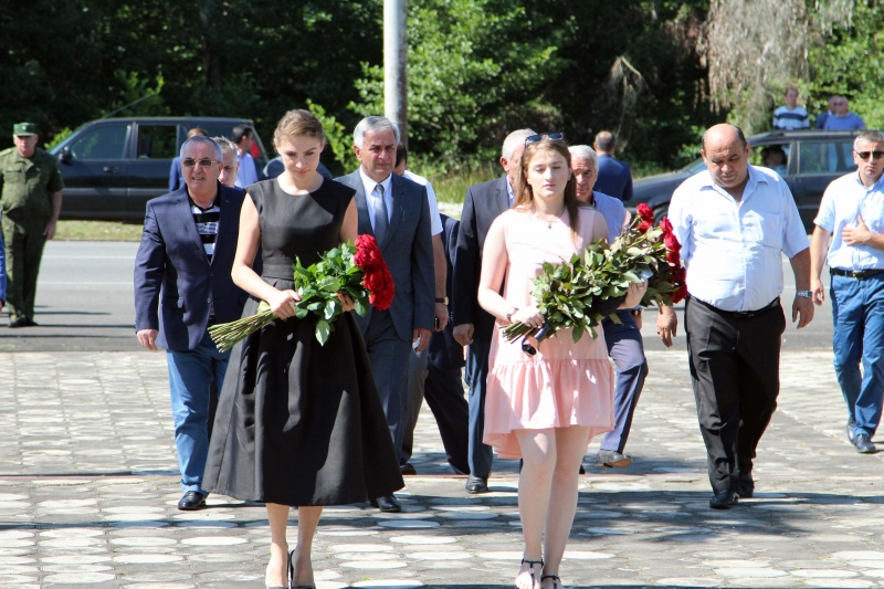 The President Laid Flowers at the Memorial of Glory in the Village of Tamish