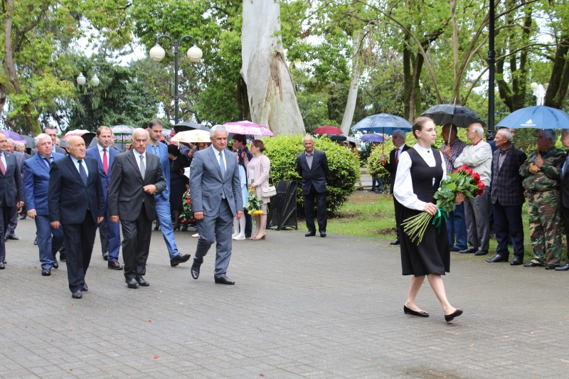 The President Laid Flowers at the Monument to Bagrat Shinkuba