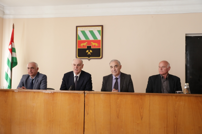 The President of Abkhazia Presented the Acting Head of the Tkuarchal District Isidor Dochia to the Staff of the Administration