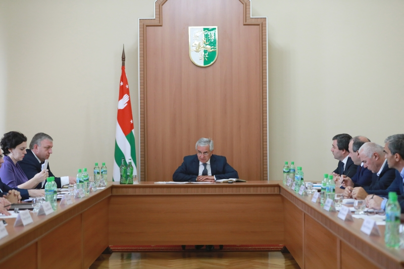 The President Held a Meeting with the Heads of Cities and Districts