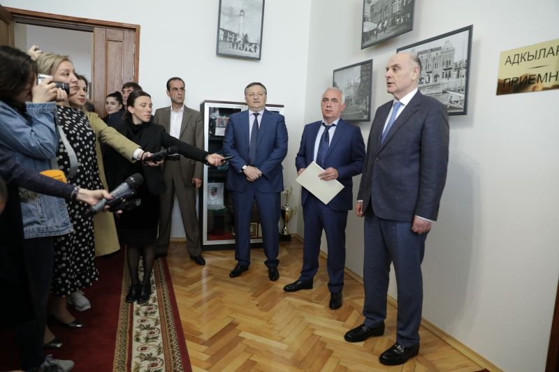 Aslan Bzhaniya Presented Beslan Eshba to the Staff of the Administration of the City of Sukhum